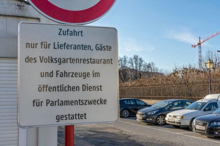 Verkehrsschild beim Parkplatz am Heldenplatz in Wien