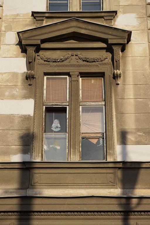 Fenster des Gründerzeithauses Hetzgasse 8 in Wien-Landstraße (3. Bezirk)