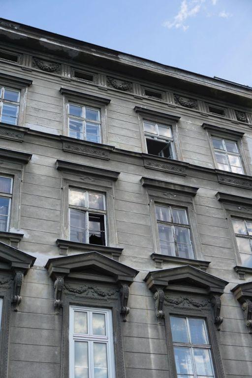 offene Fenster beim Gründerzeithaus Hetzgasse 8