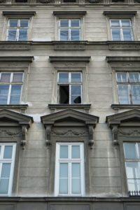 offenes Fenster beim Gründerzeithaus Hetzgasse 8