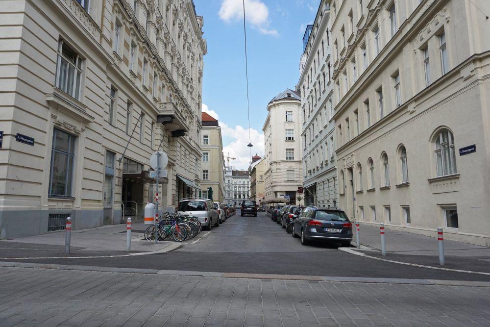 Königsegggasse vom Loquaiplatz aus, vor dem Umbau zur Fußgängerzone, Wien-Mariahilf