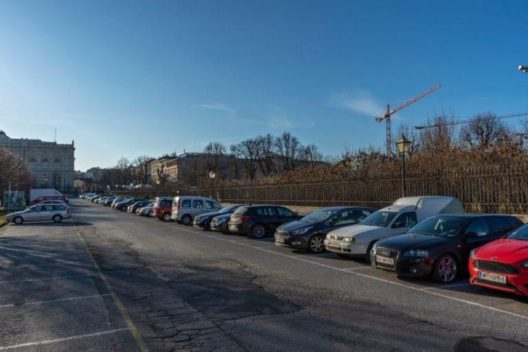 parkende Autos am Heldenplatz in Wien