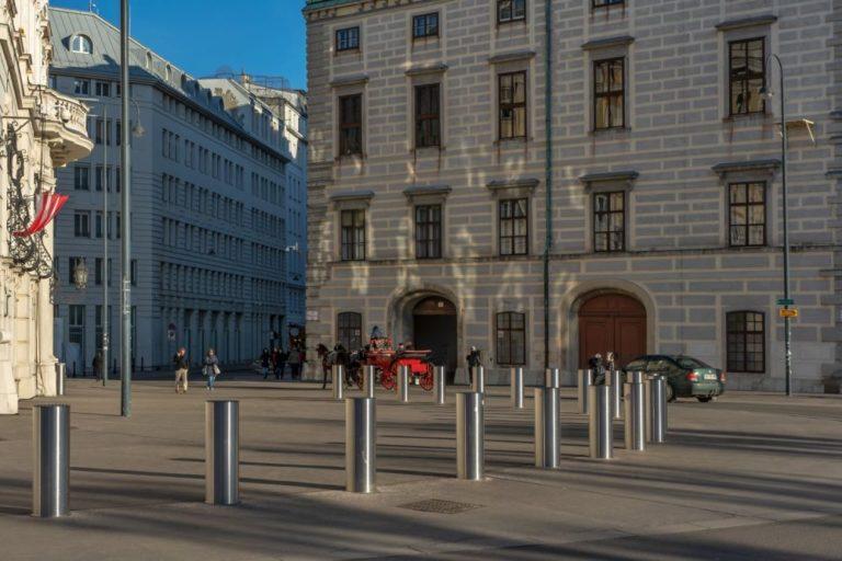 Poller vor dem Wiener Bundeskanzleramt