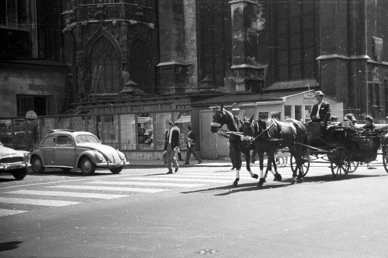 Fiaker und Autos beim Stephansdom im Jahr 1965, 1010 Wien