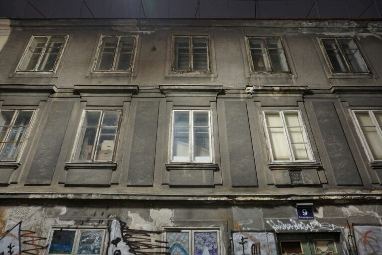 verfallenes Wohnhaus in der Freundgasse 9, josephinischer Plattenstil, erbaut im 18. Jahrhundert, Wien-Wieden