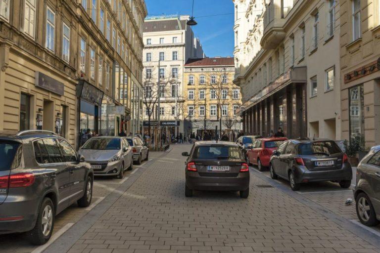 Otto-Bauer-Gasse nach dem Umbau zur Begegnungszone, viele PKW