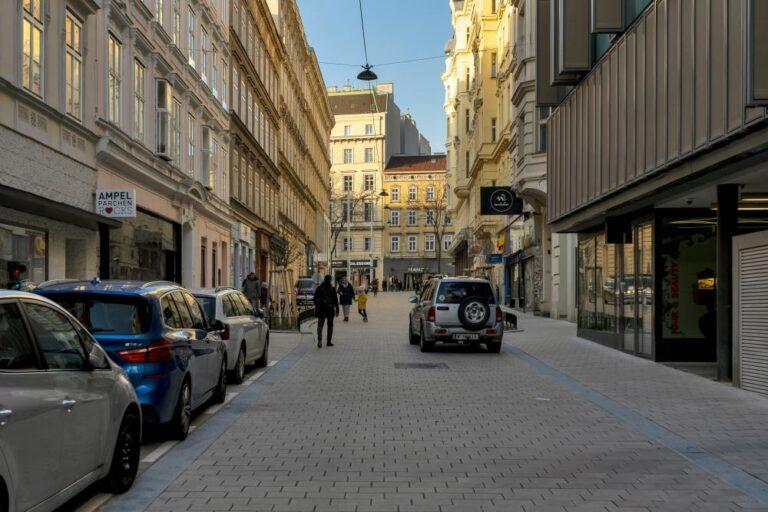 Begegnungszone in der Otto-Bauer-Gasse, PKW, Fußgänger, nahe Mariahilferstraße, Wien