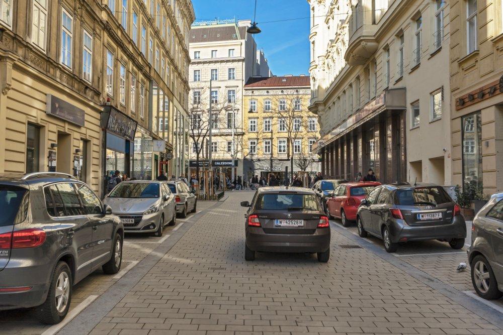 Otto-Bauer-Gasse nach dem Umbau zur Begegnungszone, viele PKW, Wien-Mariahilf