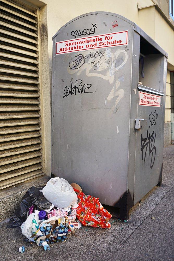 Müll neben einem Altkleidercontainer, Fasanviertel, 3. Bezirk. Wien
