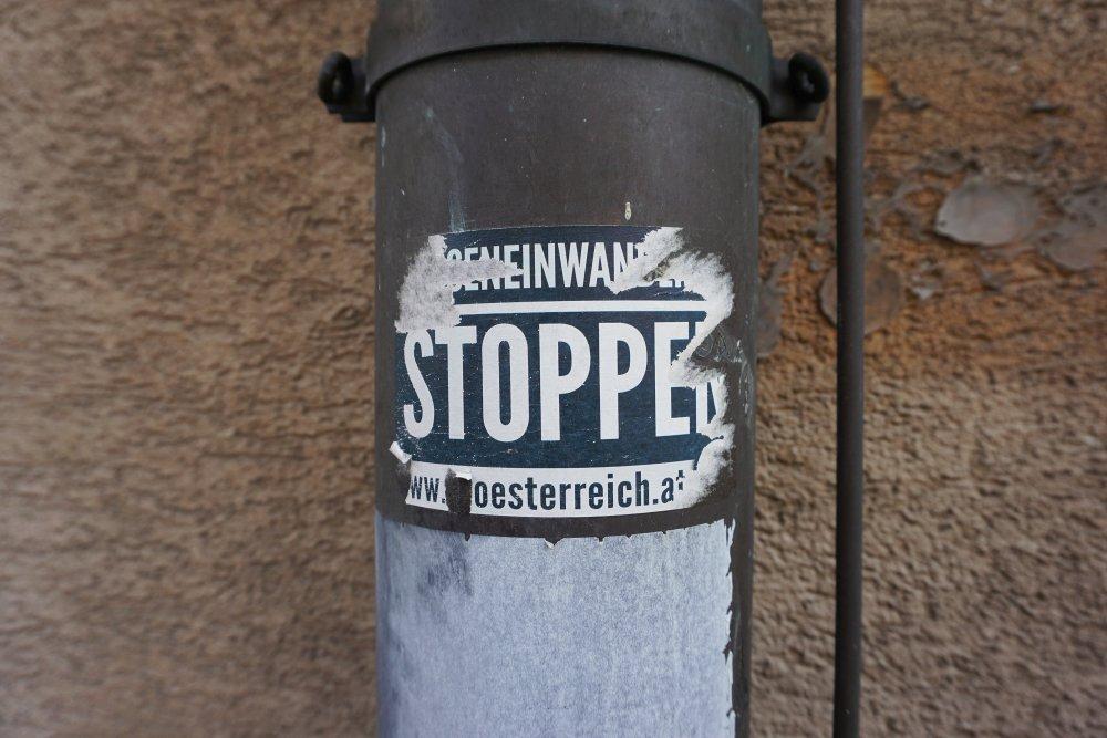"""Aufkleber """"Masseneinwanderung stoppen"""" der Identitären Bewegung, Wien-Landstraße"""
