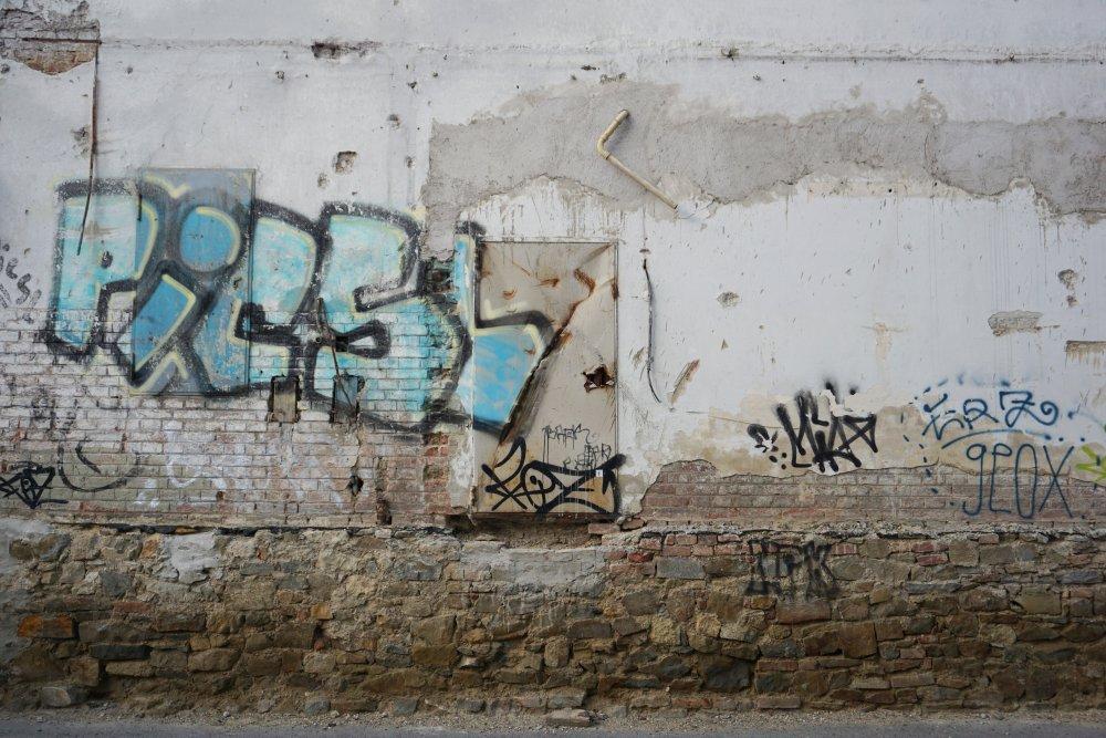 Graffiti und beschädigte Mauer in Wien-Landstraße, Untere Viaduktgasse