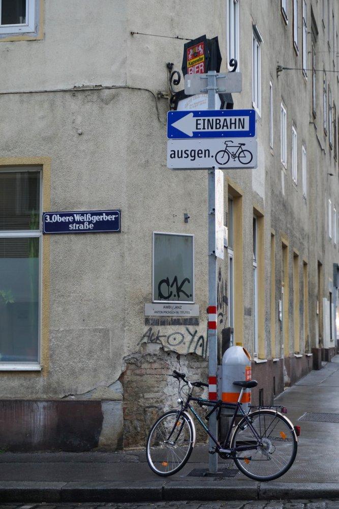 Ecke Obere Weißgerberstraße/Radetzkystraße, Ambulanz, Rad, Verkehrszeichen, Wien