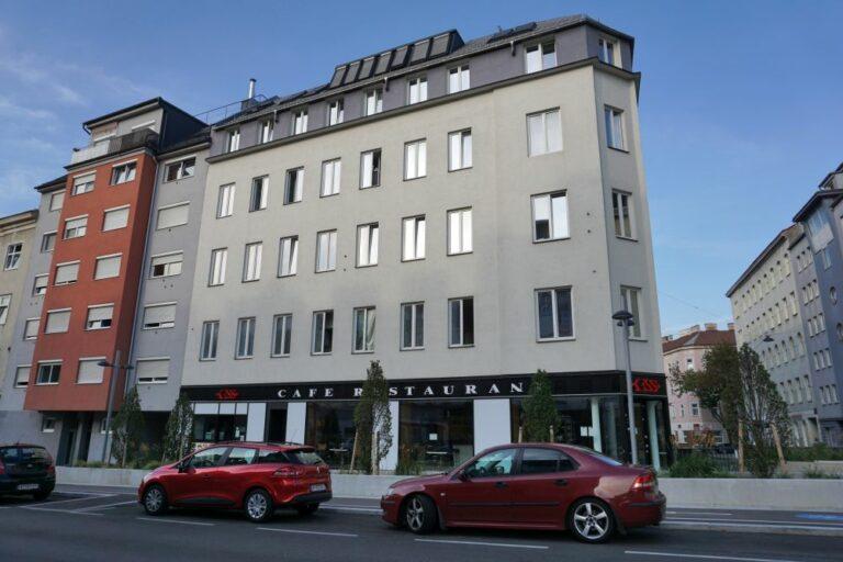 Häuser in der Favoritenstraße im 10. Bezirk, links Neubau (Firma U.M.Bau), rechts umgebautes Gründerzeithaus, Fassade 2015 abgeschlagen, Wien