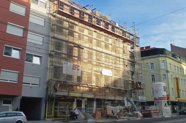 Fassade des Gründerzeithauses in der Favoritenstraße 129 wird abgeschlagen, Wien