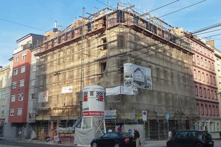 Gründerzeithaus in der Favoritenstraße, Dekor bei Umbau abgeschlagen, Baustelle, Gerüst, 10. Bezirk, Wien