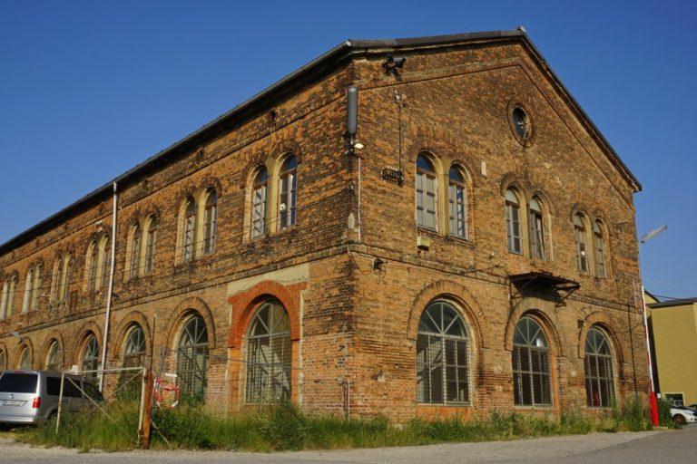 """Inventarhalle am """"Neuen Landgut"""", Laxenburger Straße, Wien-Favoriten, erbaut um 1850, Backsteinarchitektur, historisches Fabrikgebäude"""
