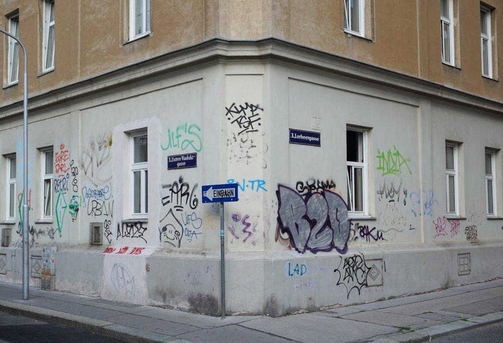 Graffiti auf einem Gründerzeithaus in Wien-Landstraße