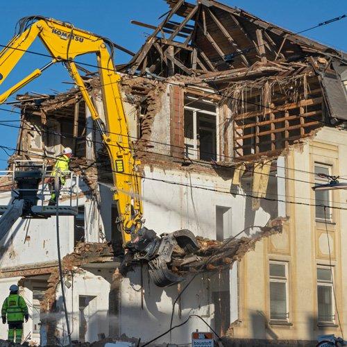 Favoriten: Bahn-Gebäude demoliert!