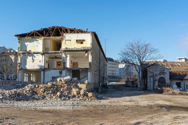 ÖBB-Gebäude am Neuen Landgut wird abgerissen, Wien, 10. Bezirk, Schutt, Bäume, Erde