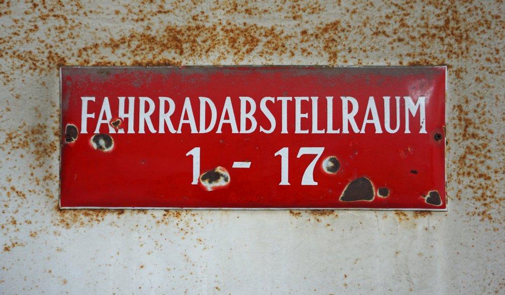 """Schild """"Fahrradabstellraum 1-17"""", Wien, 3. Bezirk"""