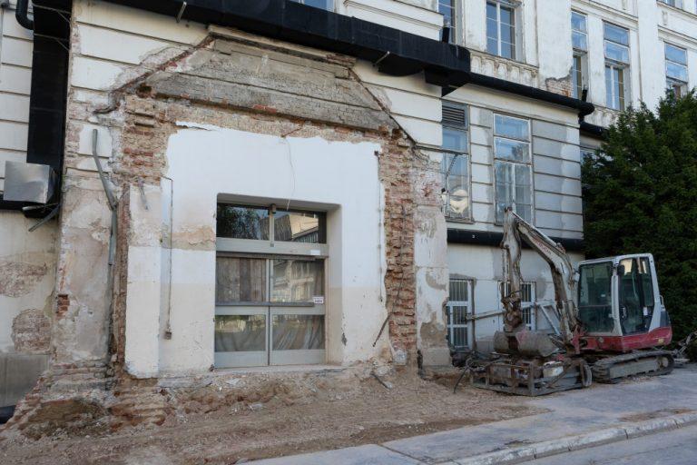 I. Medizinische Klinik des AKH - demolierter Eingangsbereich (Foto: April 2020)