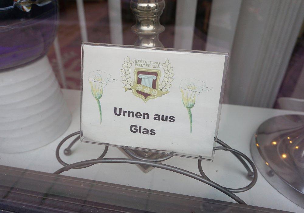 """""""Urnen aus Glas"""", Auslage in der Landstraßer Hauptstraße, Wien"""