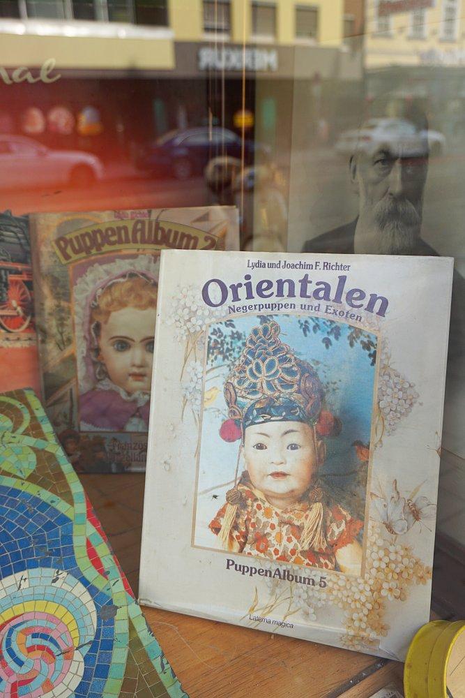 """""""Orientalen. Negerpuppen und Exoten"""", Auslage in Wien-Landstraße"""