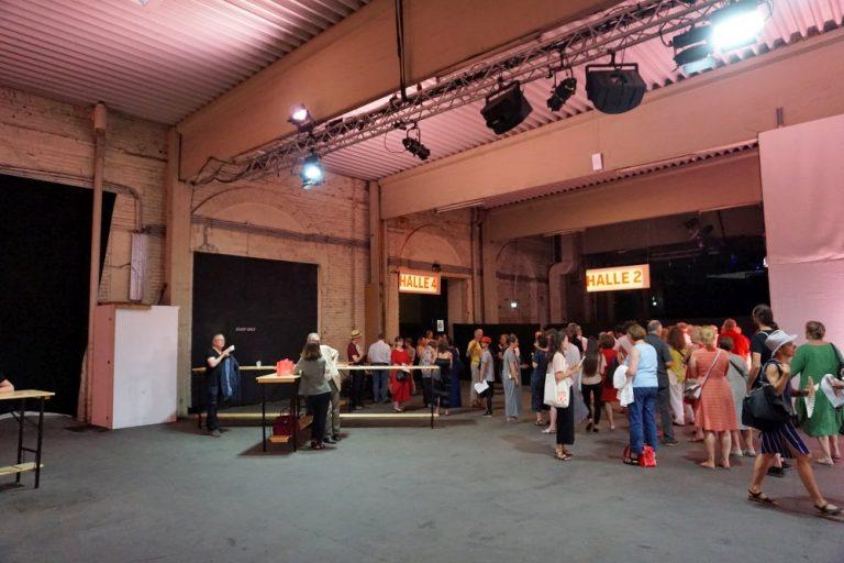 Gösserhalle während der Wiener Festwochen 2019, Wien-Favoriten, Innenaufnahme, Personen warten, Scheinwerfer