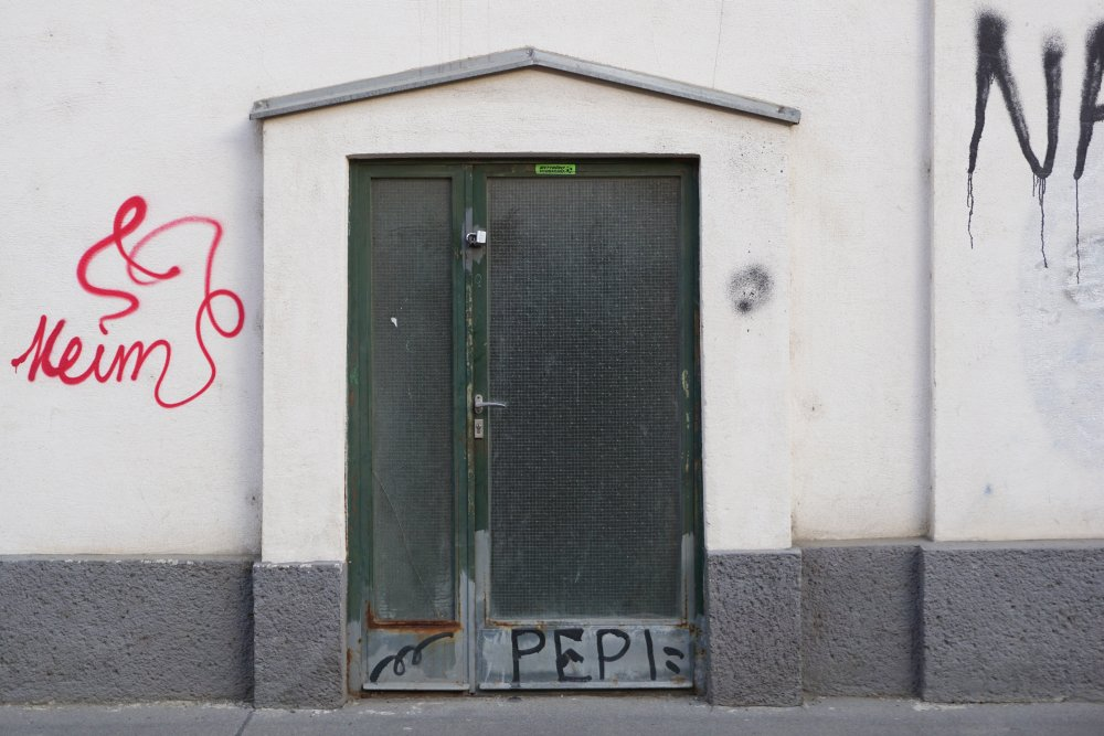 Graffito neben einer Eingangstür in der Unteren Viaduktgasse, Wien, 3. Bezirk
