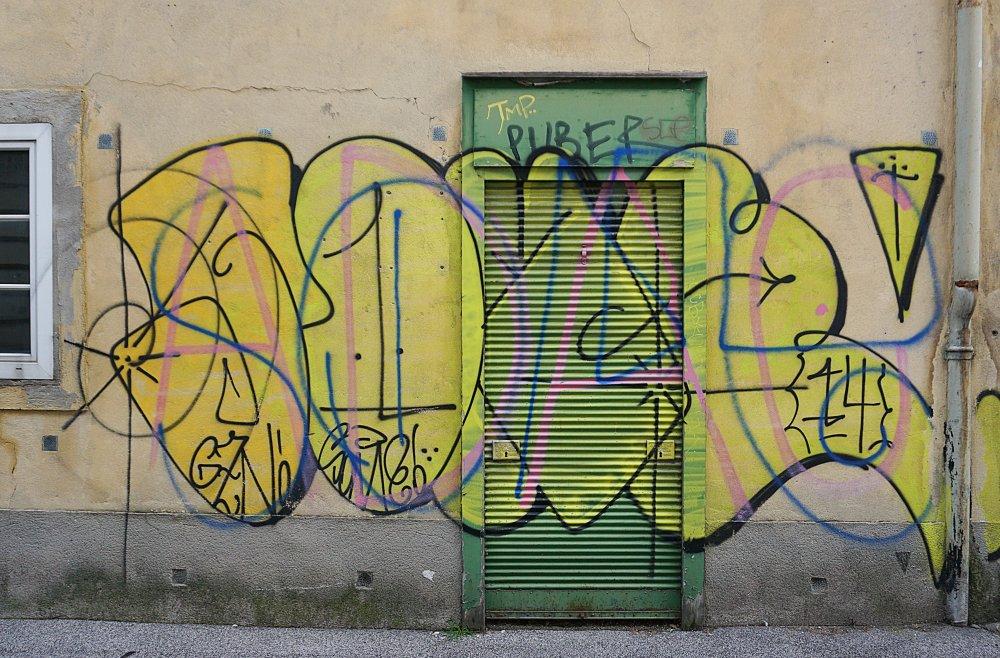 """""""Puber"""", Graffiti auf einem alten Haus in Wien-Landstraße"""