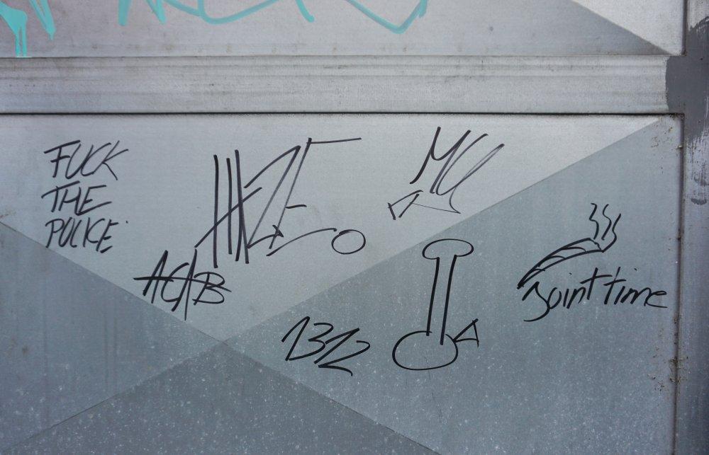 Graffiti auf einer Metalltür in Wien-Landstraße