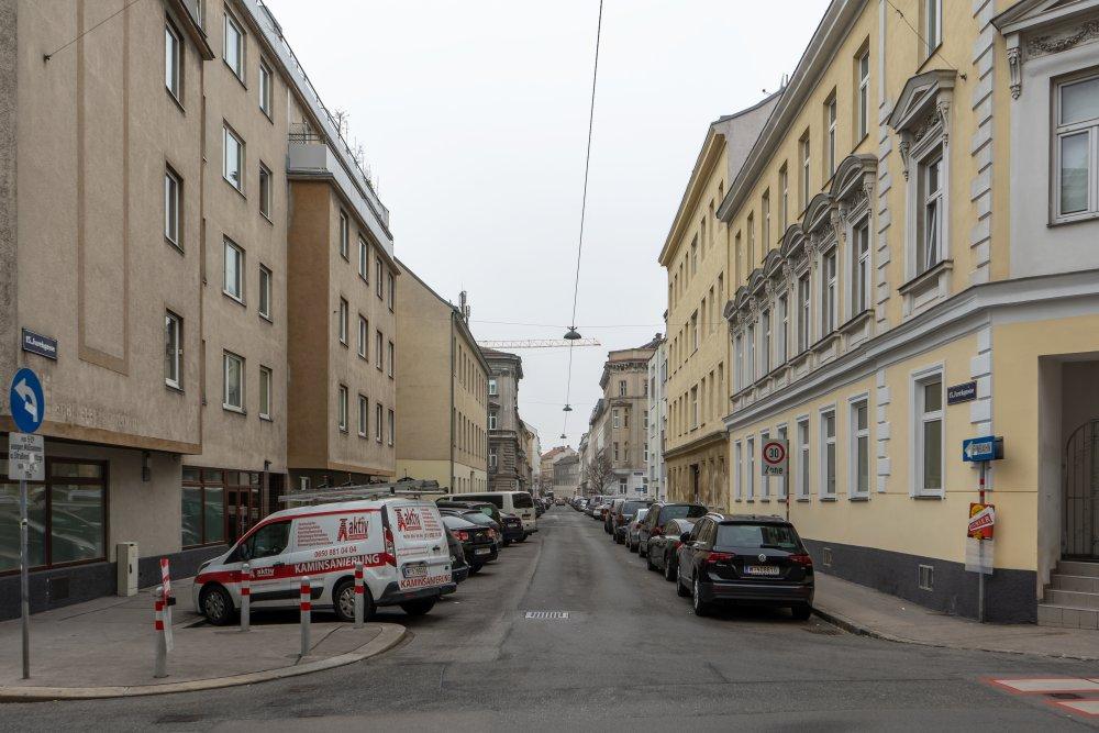 Asphalt und parkende Autos in der Jurekgasse, 15. Bezirk, Wien