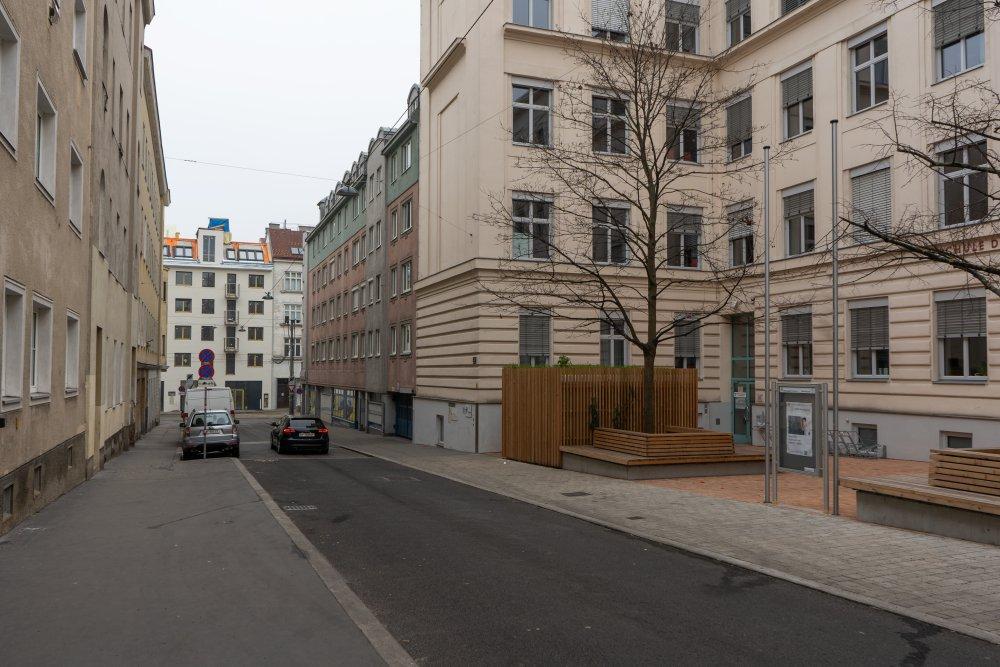 Kauergasse, rechts die Mittelschule (Foto: 2020)