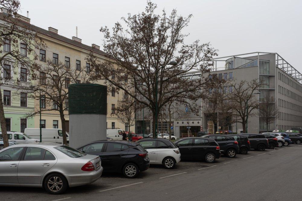 Langauergasse: kleine Grünfläche zwischen Westbahngleisen und äußerer Mariahilfer Straße (Foto: 2020)