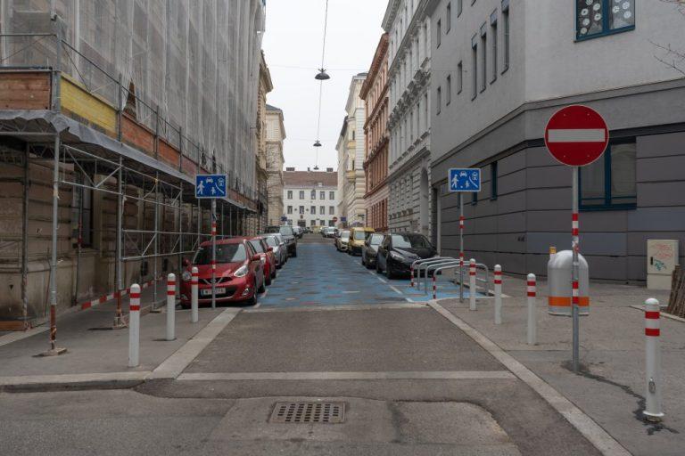 Wohnstraße in der Staglgasse, Parkplätze, Fahrbahn mit blauer Farbe, 1150 Wien