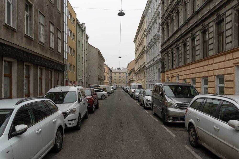 Toßgasse: viel Asphalt, viele Parkplätze, keine Begrünung (15. Bezirk, Foto: 2020)