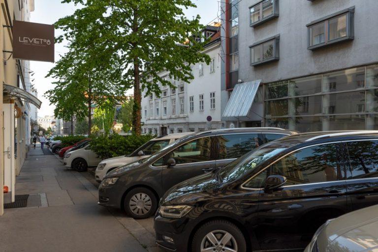 Parkende Autos in der Albertgasse