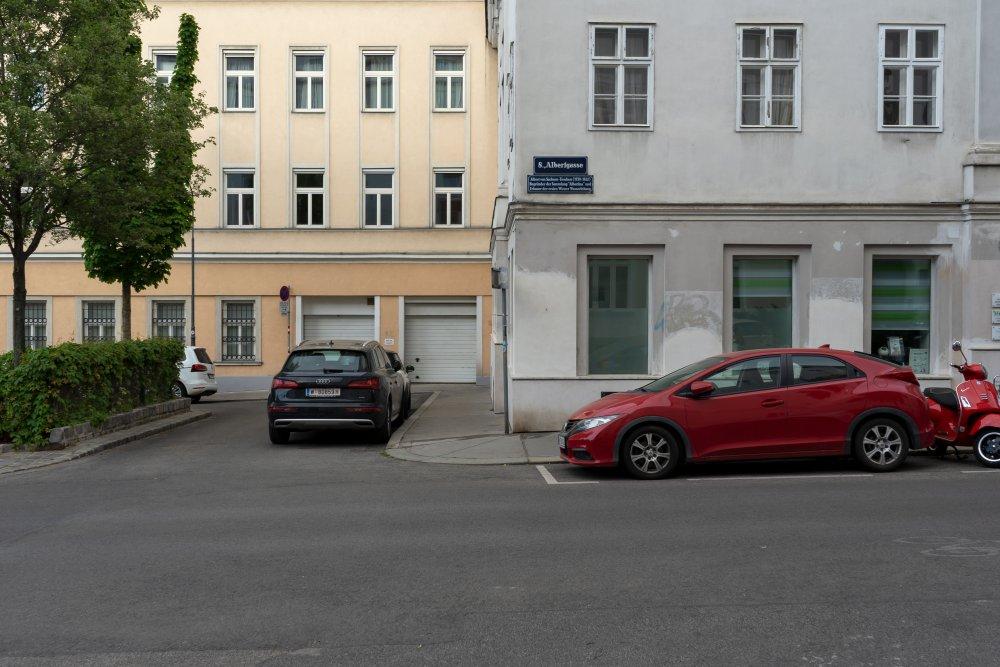 Autos am Albertplatz in Wien-Josefstadt