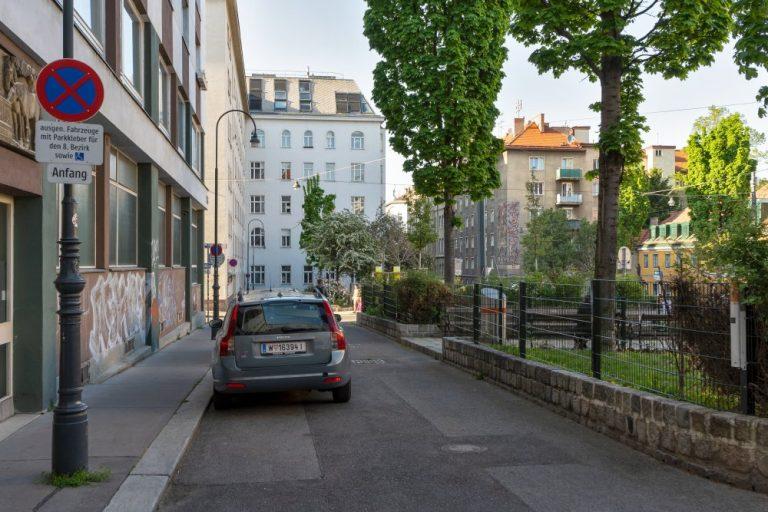 Albertplatz mit alten Straßenlaternen, Parkplätzen, Grünflächen und Bäumen