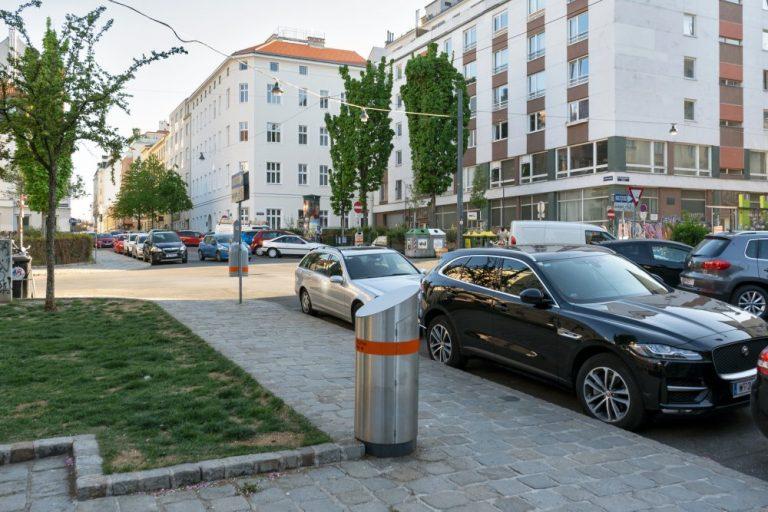 Verkehrszeichen und Müllbehälter verschmälern stellenweise den Gehsteig (Foto: 2020)