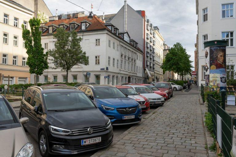 Parkende Autos am Albertplatz, Wien-Josefstadt
