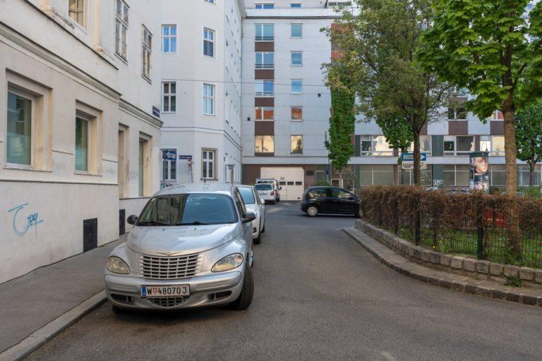 parkende Autos am Albertplatz in Wien-Josefstadt