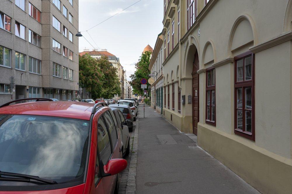 Bennogasse, Autos, Gehsteig, alte Häuser, Asphalt, Wien
