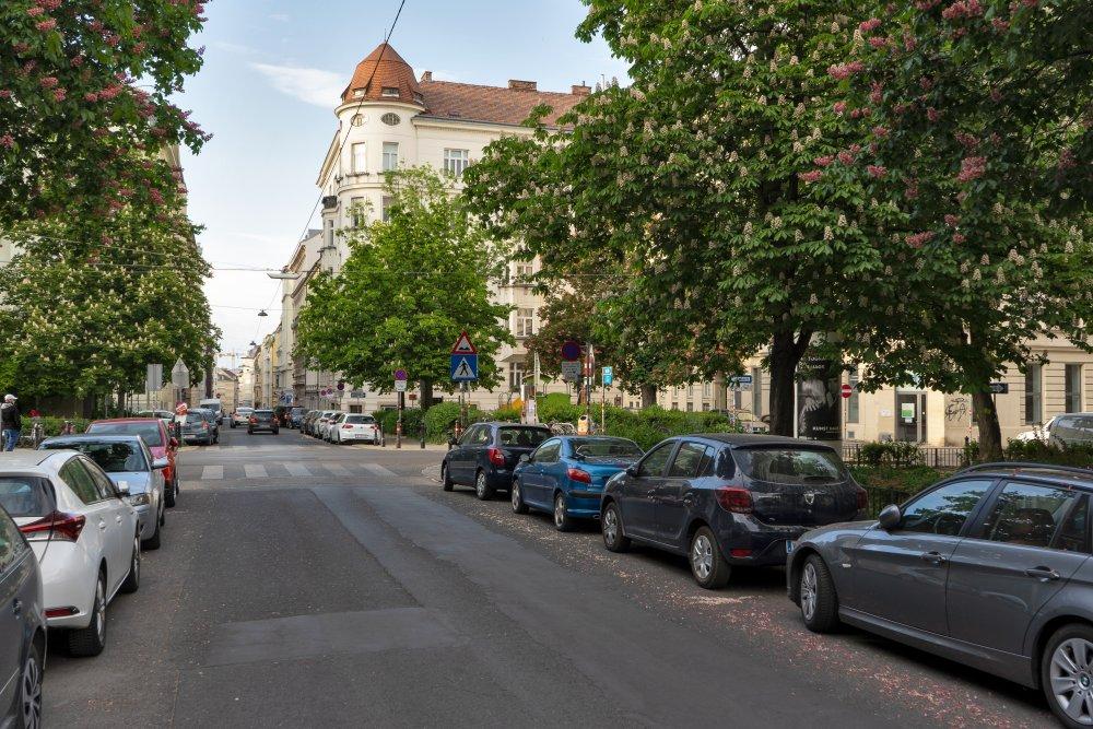 Bennoplatz in Wien-Josefstadt, Autos, Bäume, Fahrbahn Gründerzeithäuser
