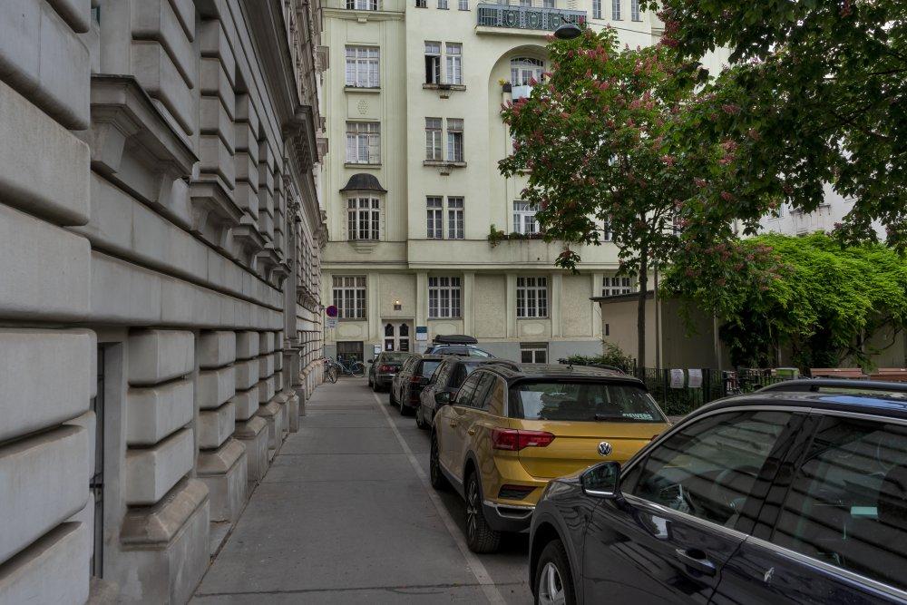 Bennoplatz mit parkenden Autos