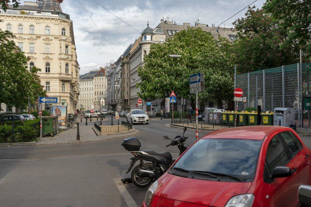 Bennoplatz und Florianigasse, Autos, Bäume, Platz, Gründerzeithäuser, Wien