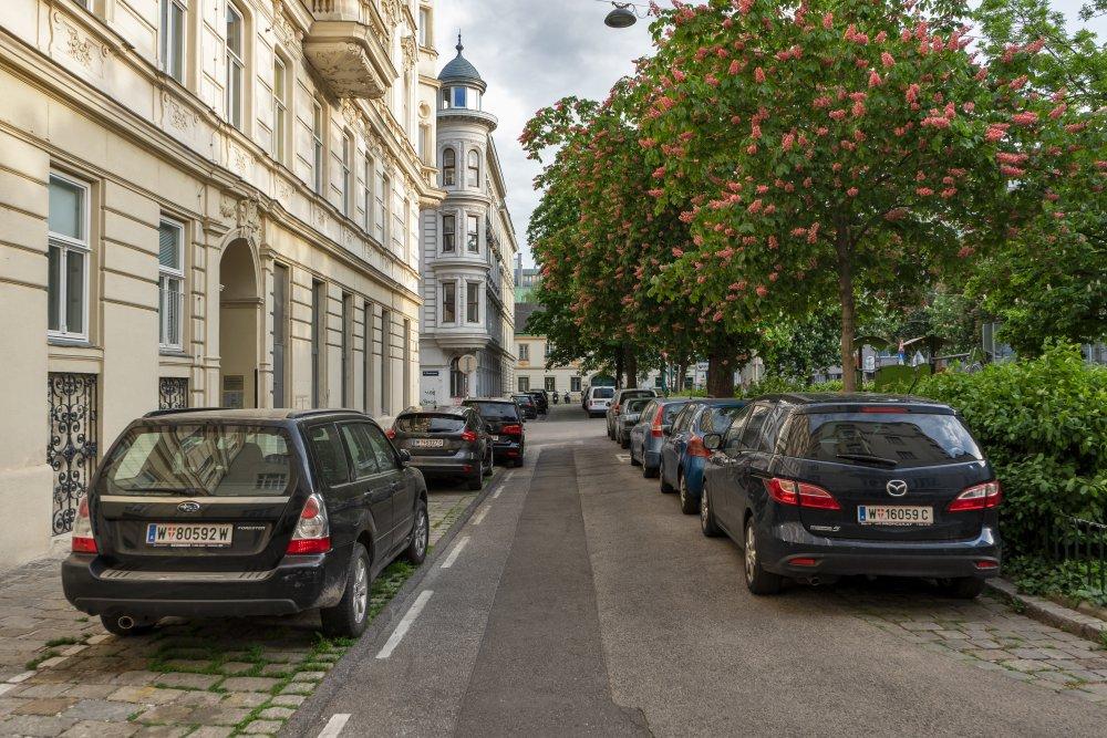Bennoplatz, Autos, Bäume, Straße, Gründerzeithäuser, Wien, Josefstadt