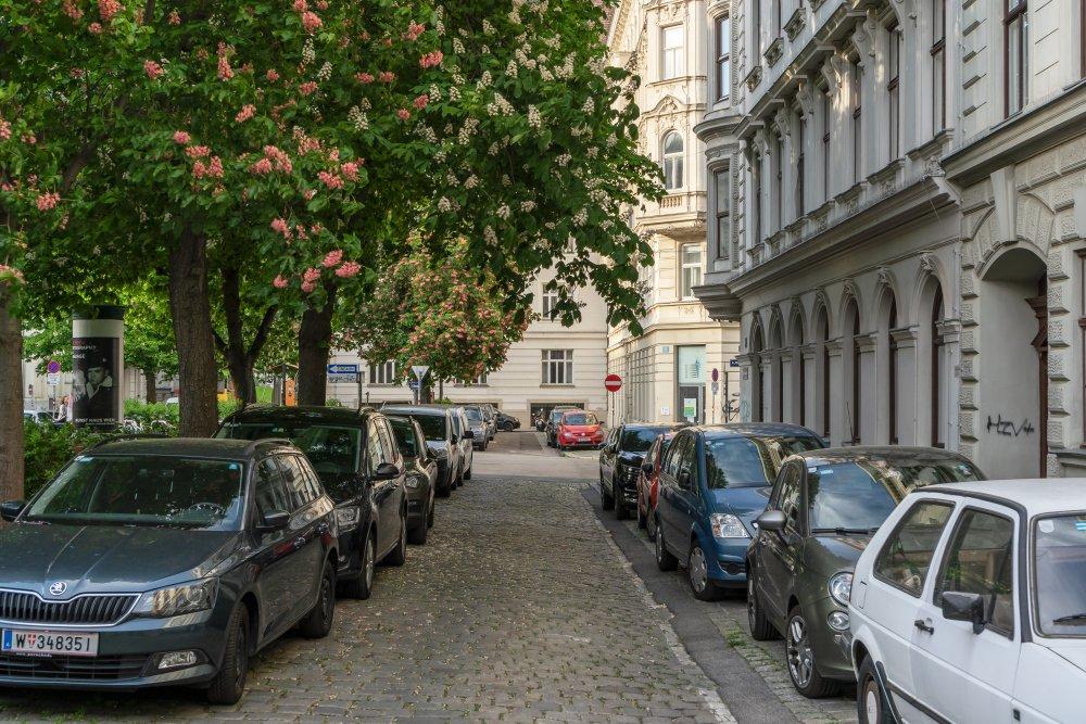parkende Autos am Bennoplatz, Bäume, Häuser, Wien