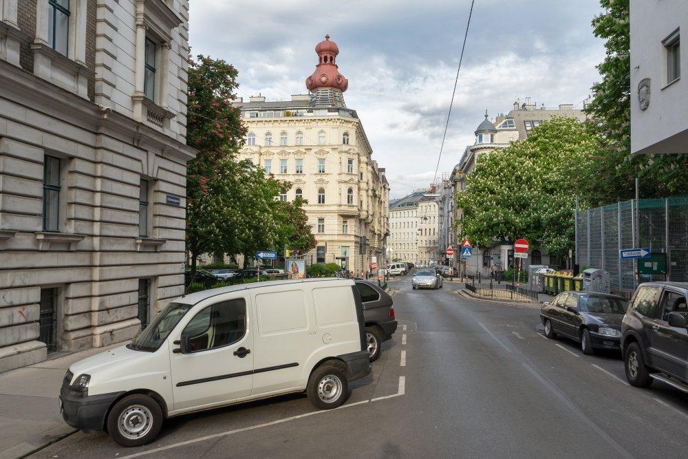 Florianigasse in Richtung Bennoplatz, Autos, Gründerzeithäuser, Bäume, Straße, Wien, Josefstadt