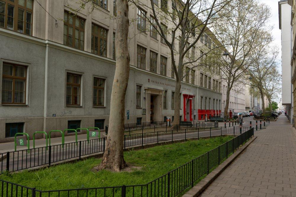 Straße vor einer Schule im 5. Bezirk in Wien